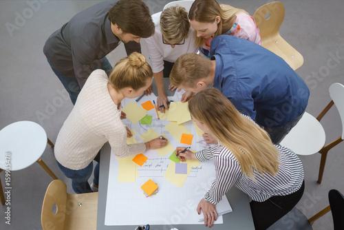Foto Murales teilnehmer in einem workshop machen notizen auf bunten zetteln