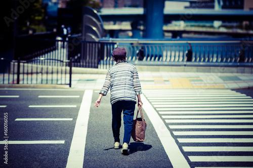 横断歩道を渡る高齢者女性