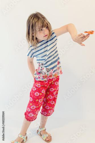 enfant jouant avec un hand spinner