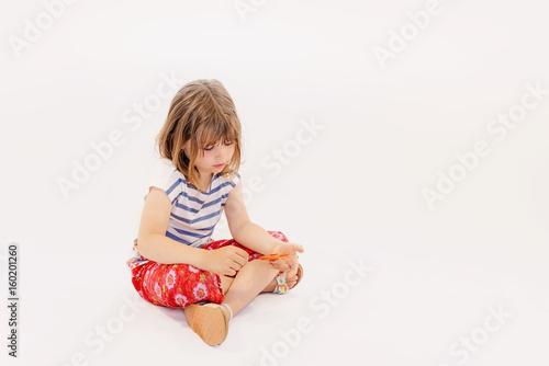 enfant jouant avec son hand spinner Poster