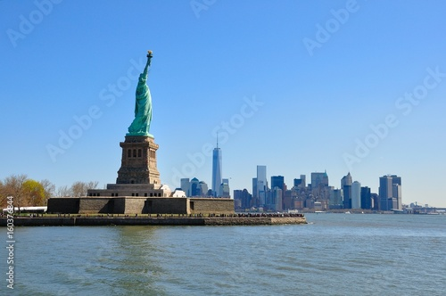 Foto op Aluminium New York The statue of Liberty and Manhattan, New York City