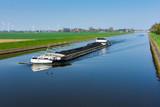 Mit Kohle beladenes Frachtschiff auf dem Schleusenkanal in der Wesermarsch - 160449090