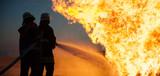 Feuerwehrmänner im Einsatz - 160474688