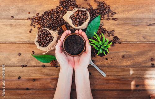 Foto Murales scrub coffee grounds. Body care concept