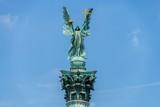 Statue des Erzengel Gabriel auf dem Heldenplatz in Budapest vor blauem Himmel