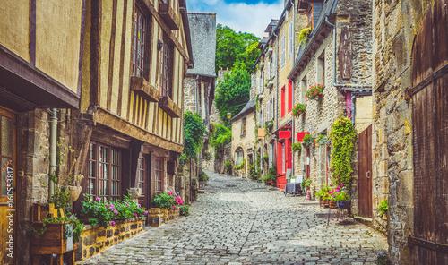 Zdjęcia na płótnie, fototapety na wymiar, obrazy na ścianę : Idyllic alley scene in an old town in Europe