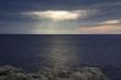 Rayos de sol sobre el mar en un cielo dramático