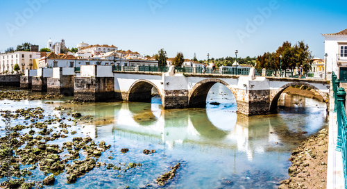 historische Brücke in Tavira, Algarve, Portugal, Europa  - 160635658