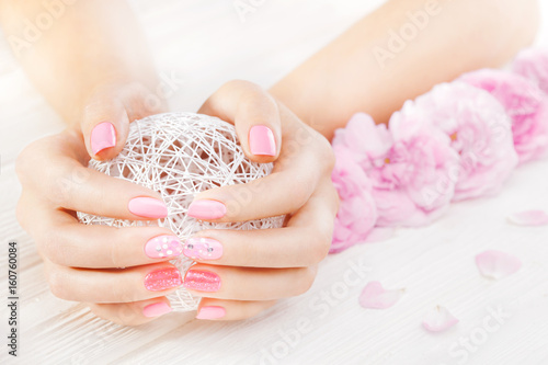 Aluminium Manicure pink manicure with fresh tea rose, white ball of yarn