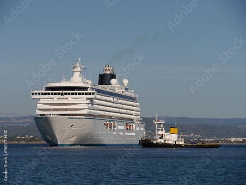 Fotobehang Rotterdam Kreuzfahrtschiff mit Schlepper