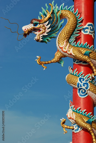 Papiers peints Pekin Chinese dragon in front of blue sky