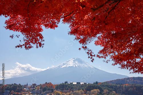 秋の河口湖と富士山