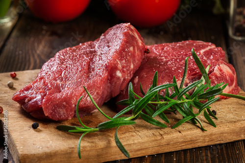 Aluminium Steakhouse Fresh raw beef steak sirloin with rosemary