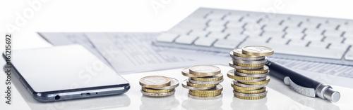 Leinwanddruck Bild Finanzen, Euro, Handel, Online,  Smartphone, Tastatur und Münzstapel, Panorama, Hintergrund