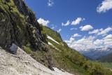 Горный пейзаж, красивый вид на живописные горные склоны, панорама горного ущелья, белые облака на небе, дикая природа и горы Северного Кавказа