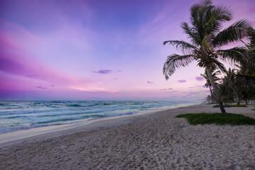 Sonnenuntergang über dem Strand von Tulum, Karibik, Mexiko
