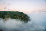 Vom Nebel umgebener Berg