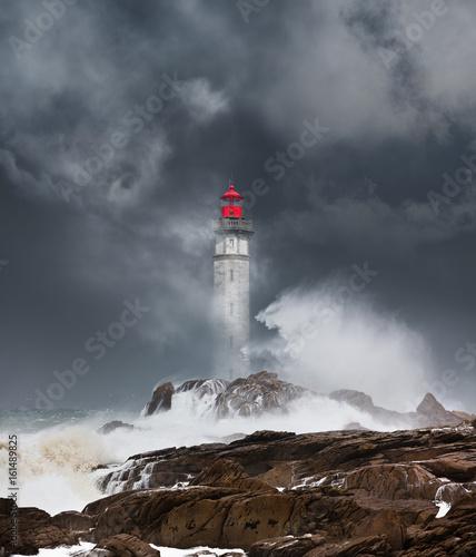 phare tempête déchaîner mer bretagne orage matin finistère arc en ciel ciel orageux côte rocher vague nuage