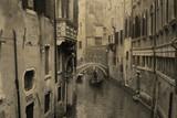 Vintage widok Wenecji z gondoli. Efekt z grunge tle