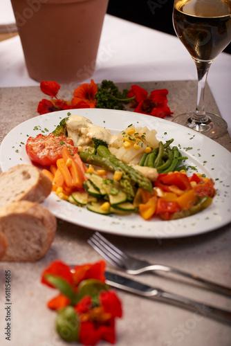 Bio Gemüse gedünstet auf einem Teller serviert mit Brot