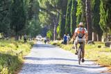 turista in bicicletta lungo l'Appia Antica, Roma