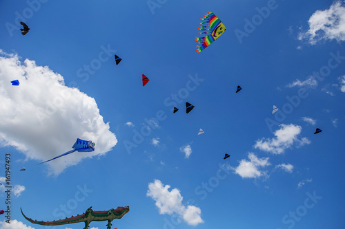 Foto op Canvas UFO kites flying in a blue sky. Kites of various shapes.
