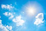 Wunderschöner blauer Himmel mit strahlender Sonne