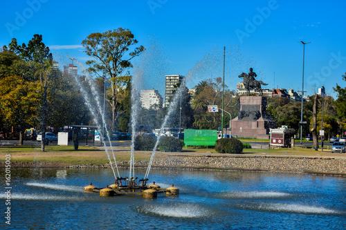lago y fuente del parque público,