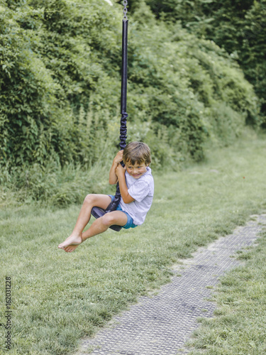 Fotobehang Ree kind, bub, junge spielt auf einem kinderspielplatz