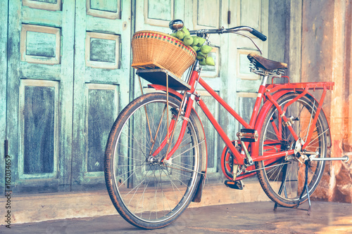 In de dag Fiets Hipster red bicycle in old building walls background , color if vintage tone