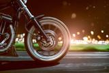 Przejażdżki motocyklem na drodze wiejskiej wieczorem