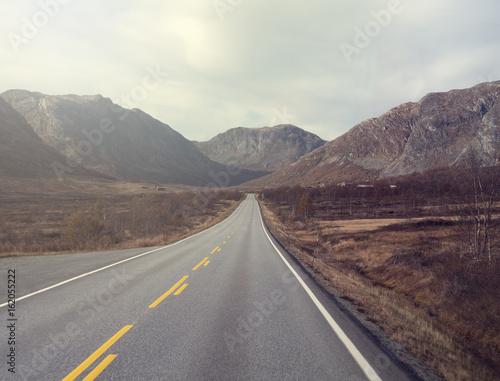 Einsame Straße in Norwegen mit Bergen Poster