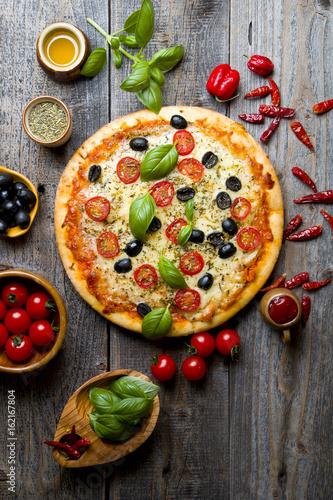 Papiers peints Pizzeria Pyszna pizza ze świeżą bazylią