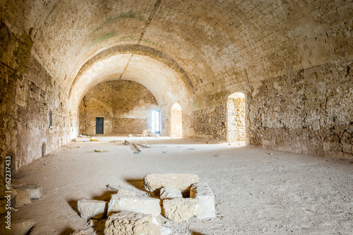 dluga-komnata-w-opuszczonej-starej-fortecy