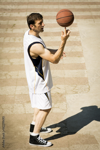 Fotobehang Basketbal playful basketball player