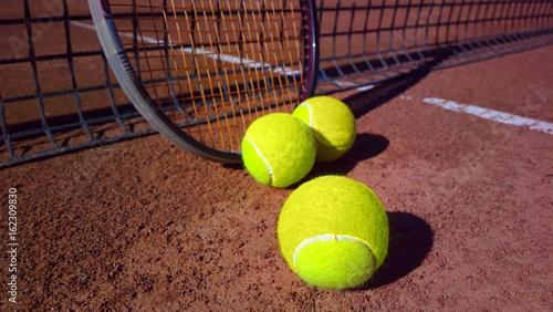 Tennisschläger mit Tennisbällen auf einem Tennisplatz