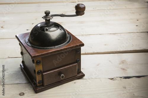 foto orizzontale Antico macinino per il caffè sopra tavolo in legno