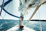 Jachting na łodzi podczas słonecznej pogody