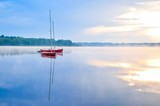 Sunny rano krajobrazu. Łodzie na pięknym jeziorze.