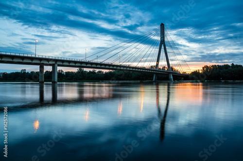 Wschód słońca nad Mostem Świętokrzyskim nad Wisłą w Warszawie, Polska