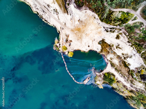 Aluminium Groen blauw aerial shoot of a lake coast with sand mining, top view