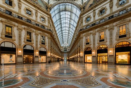 Fotobehang Milan Milano, galleria in notturna