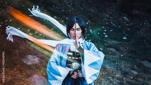 samuraj-dziewczyna-w-tradycyjnym-stroju-trzymajacym-sie-japonskiego-miecza-katana-format-16-9-klatka-filmu