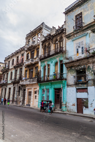 Foto op Aluminium Havana HAVANA, CUBA - FEB 22, 2016: Life on a street in Old Havana.