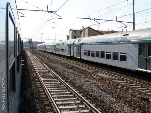 Staande foto Spoorlijn binari del treno - viaggiare per lavoro e per piacere