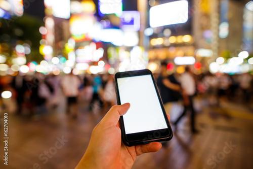 スマートフォン・繁華街 © naka