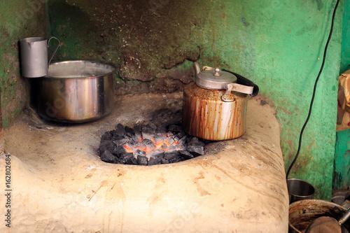 préparation artisanal d'un chai (thé indien) dans une ruelle de Varanasi Poster