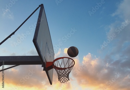 palla da basket entra nel canestro