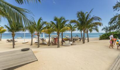 Am Strand der Trauminsel Mauritius im Flitterwochen Urlaub