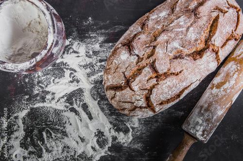 frisch gebackenes, rustikales Brot mit Mehl, draufsicht